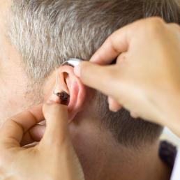¿Qué tipo de audífono es el adecuado para ti? optica azpilicueta pamplona